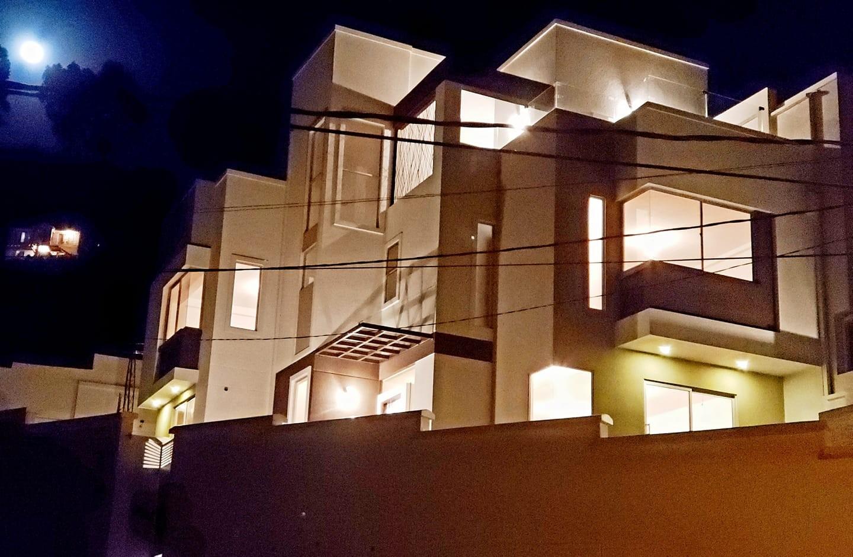 Casa en Venta ACHUMANI, LOS ROSALES CASA MODERNA A ESTRENAR Foto 1