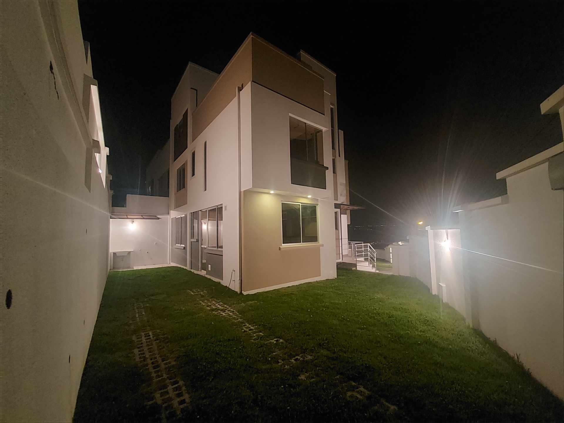 Casa en Venta ACHUMANI HERMOSA CASA NUEVA EN ESQUINA Foto 7