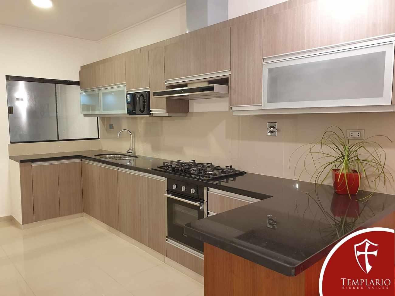 Casa en Venta Av. Santos Dumont 3er y 4to Anillo - Vecindario Residencial Foto 2
